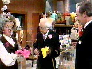 The Are You Being Served Gallery on YCDTOTV.de   Path: www.YCDTOTV.de/aybs_img/a1_87.jpg
